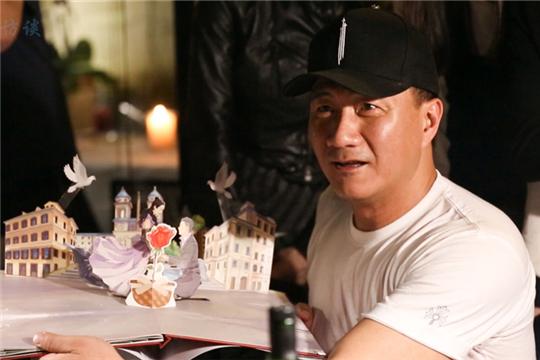"""胡军在杭演出逢生日 """"霸总范""""康康远程为父送惊喜"""