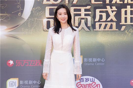 董洁亮相电视剧品质盛典 白裙蹁跹点亮优雅之美
