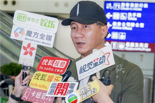 《哈姆雷特》受邀香港艺术节演出 胡军抵港人气火爆