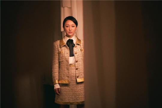 """周迅优雅造型看展 感言""""重要的衣服,叫自我。"""""""